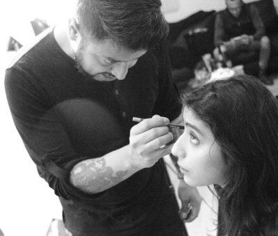 Arafhad Mejía maquillando modelo
